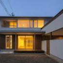 『須坂屋部町の家』思いっきり遊べる庭がある家の写真 夕空の外観