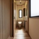 大勢で集まっても楽しめる大空間リビングが自慢のお家の写真 バリアフリーを考慮したトイレ