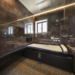 肩湯で疲れを癒す上質バスルーム (純和風建築から未来へと引き継がれるイタリアンモダンな住まいへ)