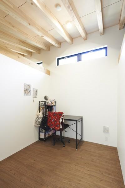 天井の高い個室 (稲村ヶ崎の住宅 - 建物と自然からうまれる平屋中庭住宅 -)