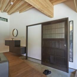 稲村ヶ崎の住宅 - 建物と自然からうまれる平屋中庭住宅 - (玄関蔵戸)