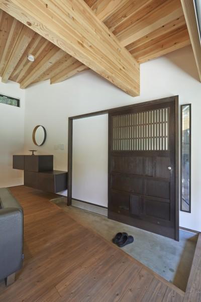玄関蔵戸 (稲村ヶ崎の住宅 - 建物と自然からうまれる平屋中庭住宅 -)
