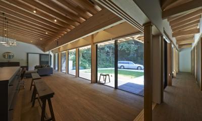 稲村ヶ崎の住宅 - 建物と自然からうまれる平屋中庭住宅 - (廊下からの眺め)
