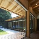 稲村ヶ崎の住宅 - 建物と自然からうまれる平屋中庭住宅 -の写真 リビングと縁側の連続的空間