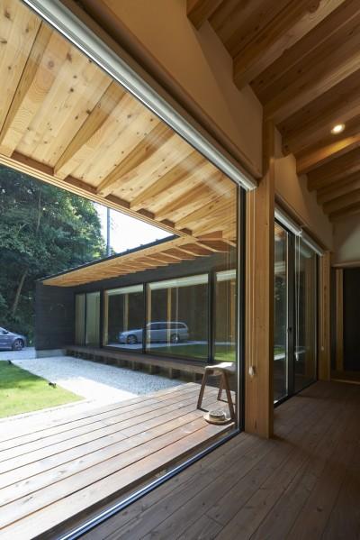 リビングと縁側の連続的空間 (稲村ヶ崎の住宅 - 建物と自然からうまれる平屋中庭住宅 -)