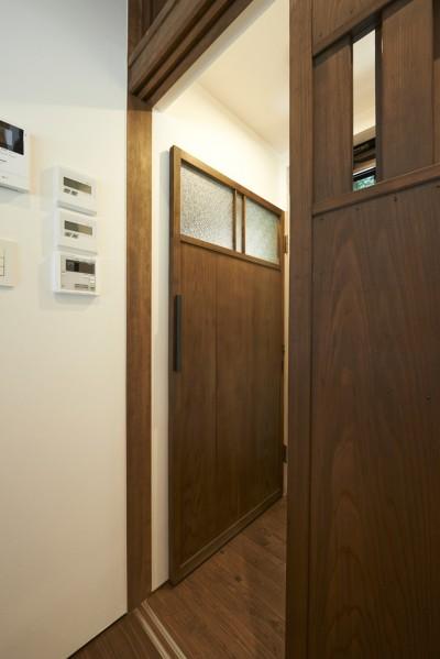 トイレドア (稲村ヶ崎の住宅 - 建物と自然からうまれる平屋中庭住宅 -)