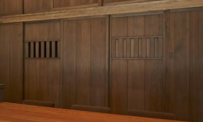 稲村ヶ崎の住宅 - 建物と自然からうまれる平屋中庭住宅 - (杉雨戸のパントリー建具)