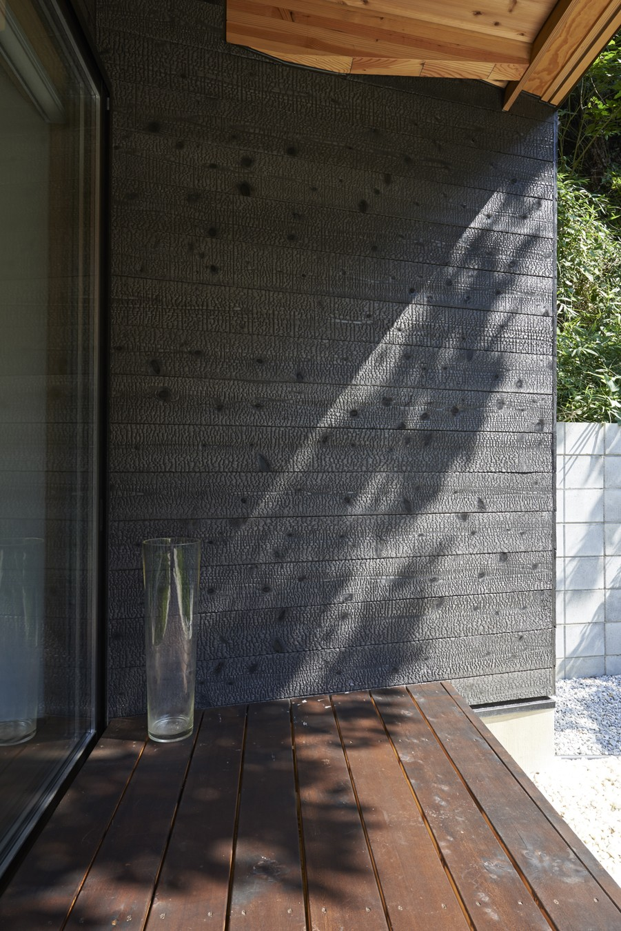 稲村ヶ崎の住宅 - 建物と自然からうまれる平屋中庭住宅 - (外壁焼杉)
