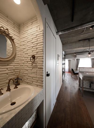 中古物件を購入して自分好みのデザインにリノベーション (廊下に配置替えをした洗面室)