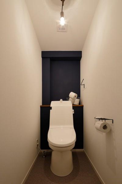 ダークブルーの壁がアクセント (中古物件を購入して自分好みのデザインにリノベーション)