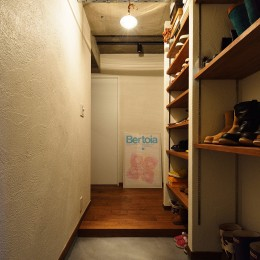 中古物件を購入して自分好みのデザインにリノベーション (天井まで届く収納棚を設置した玄関)