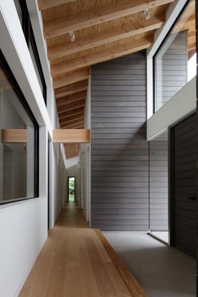 天井の高いエントランスホール (佐倉の別荘 子育て世代の週末住宅)