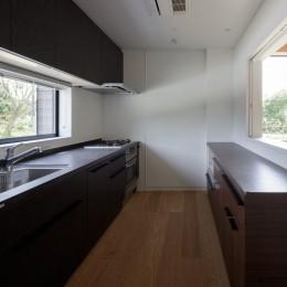 佐倉の別荘 子育て世代の週末住宅 (ダイニングと繋がるキッチン)