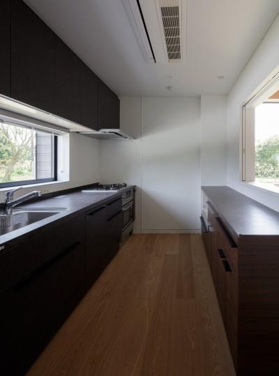ダイニングと繋がるキッチン (佐倉の別荘 子育て世代の週末住宅)