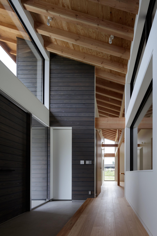 玄関事例:天井の高いエントランスホール(佐倉の別荘 子育て世代の週末住宅)