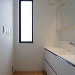 佐倉の別荘 子育て世代の週末住宅 (バスルームの脱衣室)