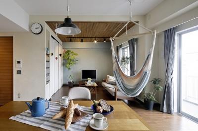 遊び心のきいたカフェ風空間 (爽やかな明るいリビング)
