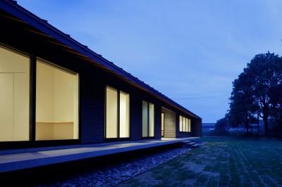 建物外観(夜景) (佐倉の別荘 子育て世代の週末住宅)