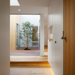 二世帯の生活を中庭が繋ぐ( 大東の家 )-渡り廊下