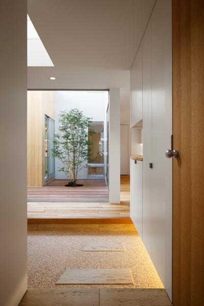 二世帯の生活を中庭が繋ぐ( 大東の家 )の部屋 渡り廊下