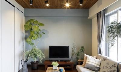 遊び心のきいたカフェ風空間 (羽目板貼りの天井がアクセントのリビング)
