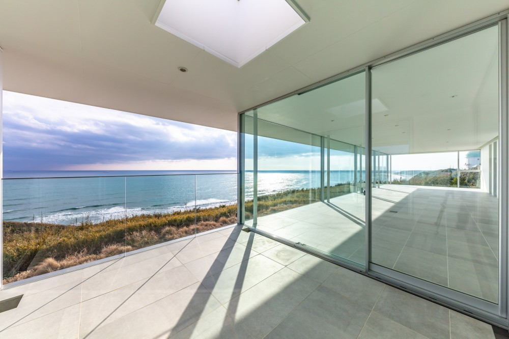 水平線の家 大海原の風景と暮らす家 (絶景のエクステリアリビング)