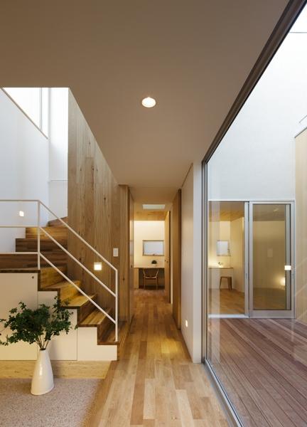 二世帯の生活を中庭が繋ぐ( 大東の家 ) (玄関)