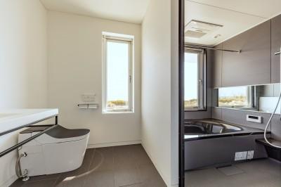 離れの和室に付属する浴室 (水平線の家 大海原の風景と暮らす家)
