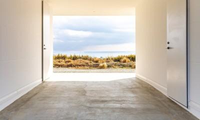 水平線の家 大海原の風景と暮らす家 (海の景色を切り取ったエントランスピロティ)