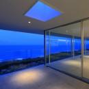 水平線の家 大海原の風景と暮らす家の写真 夕景のエクステリアリビング