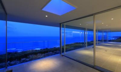 水平線の家 大海原の風景と暮らす家 (夕景のエクステリアリビング)