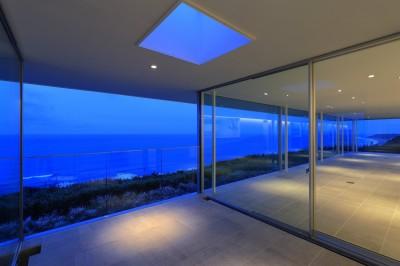 夕景のエクステリアリビング (水平線の家 大海原の風景と暮らす家)