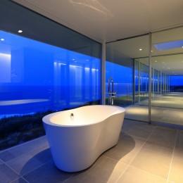 水平線の家 大海原の風景と暮らす家 (夕景のバスルーム)