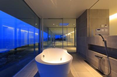 夕景のバスルーム (水平線の家 大海原の風景と暮らす家)
