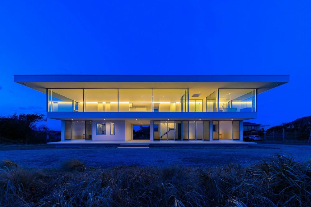 建物外観(夜景) (水平線の家 大海原の風景と暮らす家)