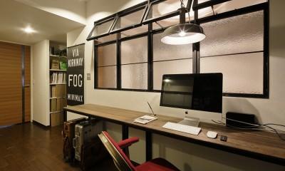 遊び心のきいたカフェ風空間 (洋室の間仕切りを取ったワークスペース)