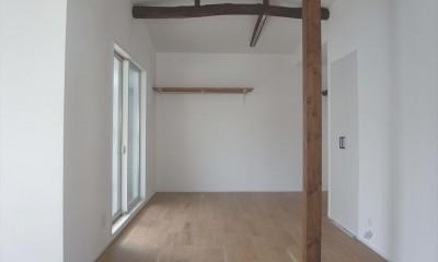 多用途なオープンスペースの家 (梁を見せた2階ホール)