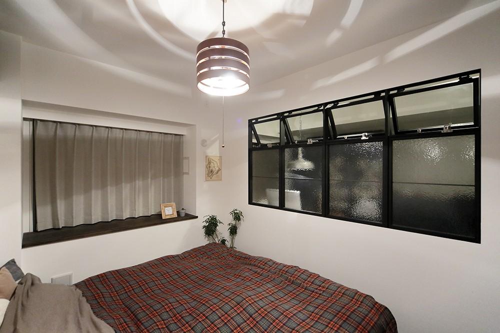 遊び心のきいたカフェ風空間 (既存の収納スペースを拡張して収納力を上げた寝室)