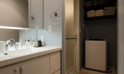 遊び心のきいたカフェ風空間 (大きな鏡が印象的な清潔感のある洗面室)