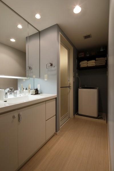 大きな鏡が印象的な清潔感のある洗面室 (遊び心のきいたカフェ風空間)