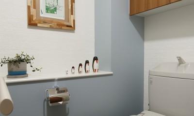 遊び心のきいたカフェ風空間 (既存のもので美しく仕上げたトイレ)