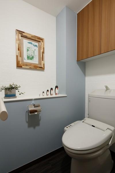 既存のもので美しく仕上げたトイレ (遊び心のきいたカフェ風空間)