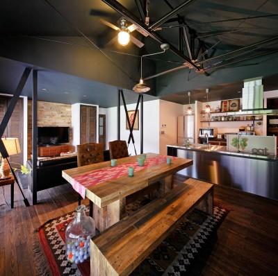 二世帯住居を単世帯にリノベーション (天井撤去で大きな吹抜けを造ったリビング)