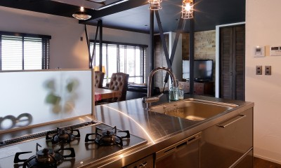 二世帯住居を単世帯にリノベーション (ステンレスの光沢が美しいアイランドキッチン)