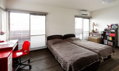 二世帯住居を単世帯にリノベーション (ベランダに面した明るい子供部屋)
