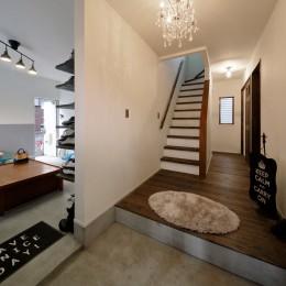 二世帯住居を単世帯にリノベーション (シャンデリアが印象的な美しい玄関)