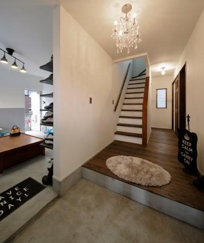 シャンデリアが印象的な美しい玄関 (二世帯住居を単世帯にリノベーション)