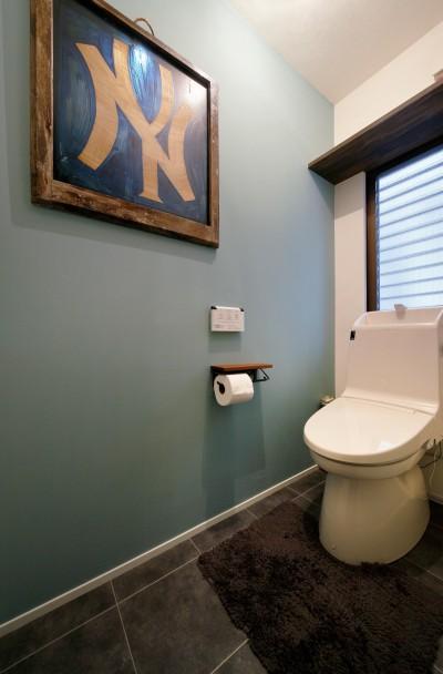 落ち着いた壁色のトイレ (二世帯住居を単世帯にリノベーション)