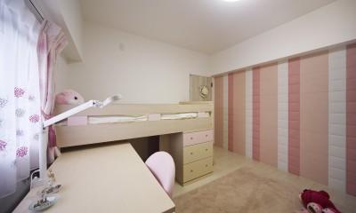 お子様が喜ぶアイデアいっぱいの楽しいお家 (ピンクのアクセントが映える子ども部屋)
