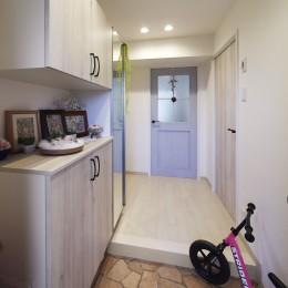 お子様が喜ぶアイデアいっぱいの楽しいお家 (明るく収納力もアップした玄関)